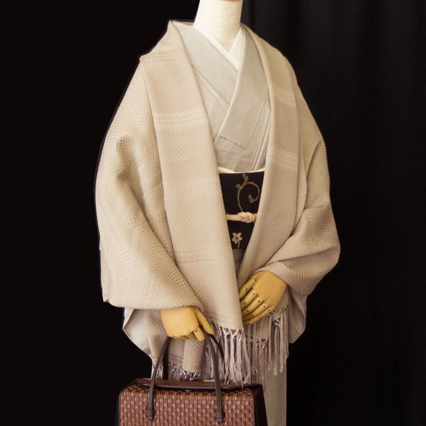 衿秀 変わり織りの大判ストールと紬のコーディネート
