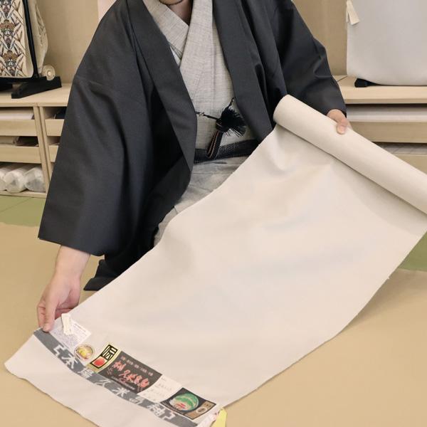 本場久米島紬を広げる