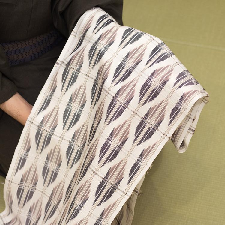 長野県松本市の染織家 大月俊幸さんに別注した名古屋帯を見る