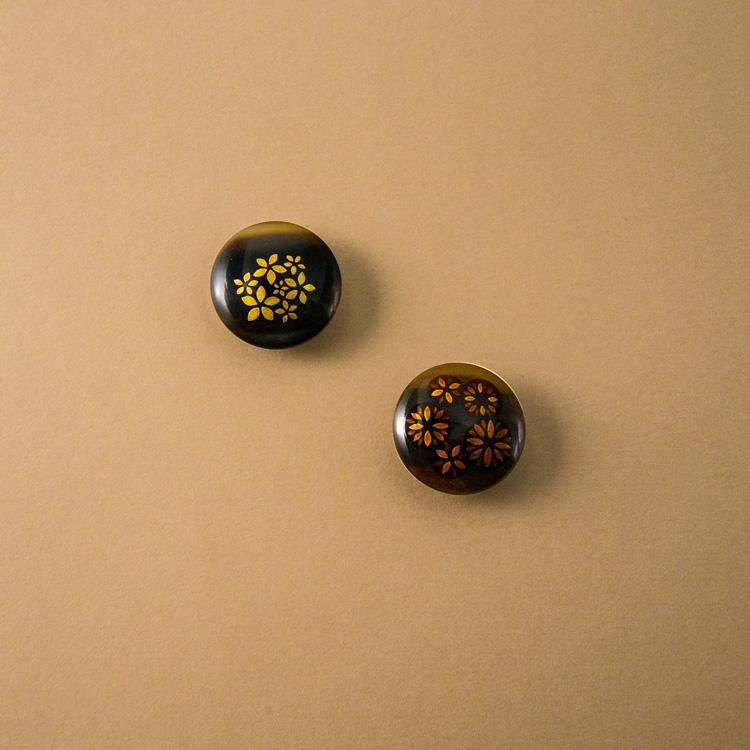 橋爪玲子さんに別注した帯留「夜桜」と「花の輪」