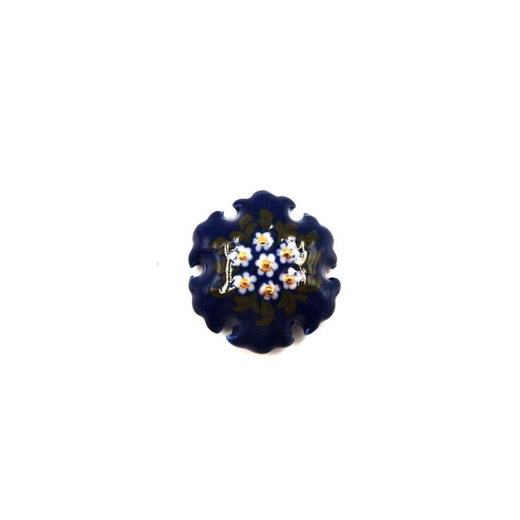 荒井彩乃 スリップウェア(陶器)の帯留 「青地中央寄せ白花と緑の葉 雪輪」 千成堂別注